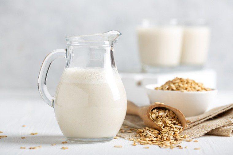 熟化後的燕麥,加入水研磨,過濾後加入菜籽油,並透過乳化系統進行穩定,這就是燕麥奶...
