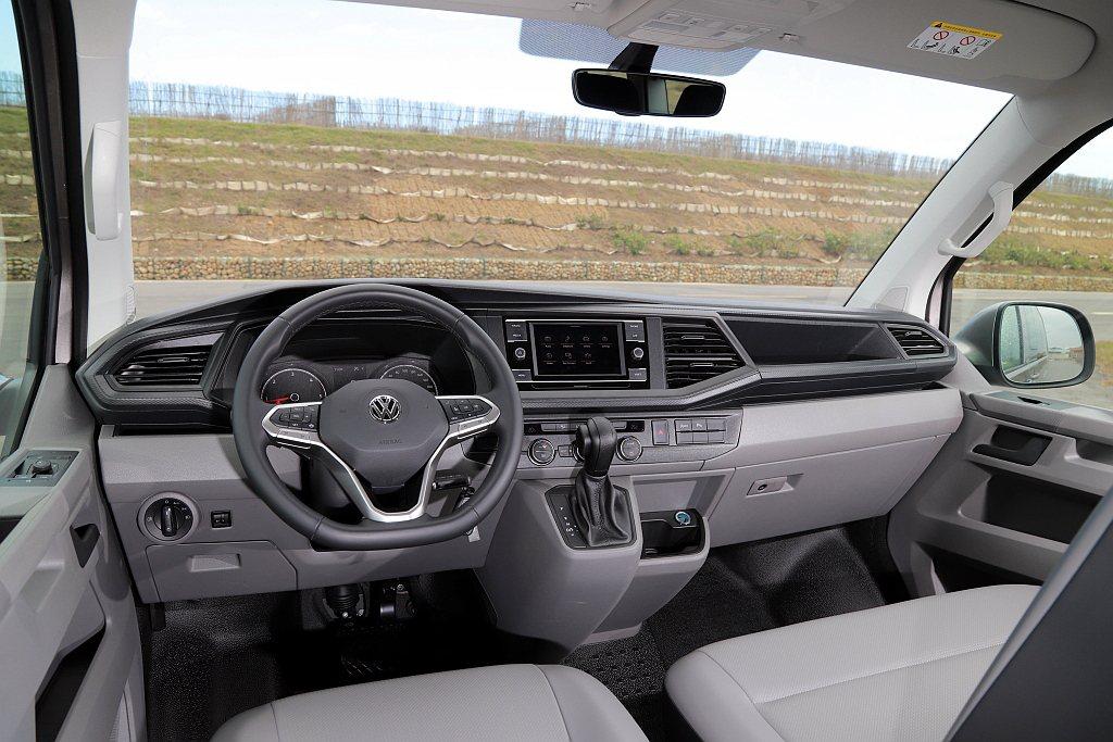 福斯商旅Caravelle 150 L維持嶄新設計的控台佈局,但減少鍍鉻飾條(冷...