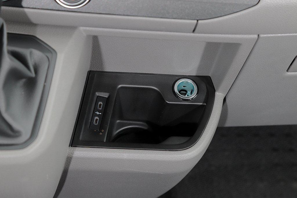大幅提升充電機能的雙Type-C USB插槽與12V插孔(排檔座旁)則都保留下來...