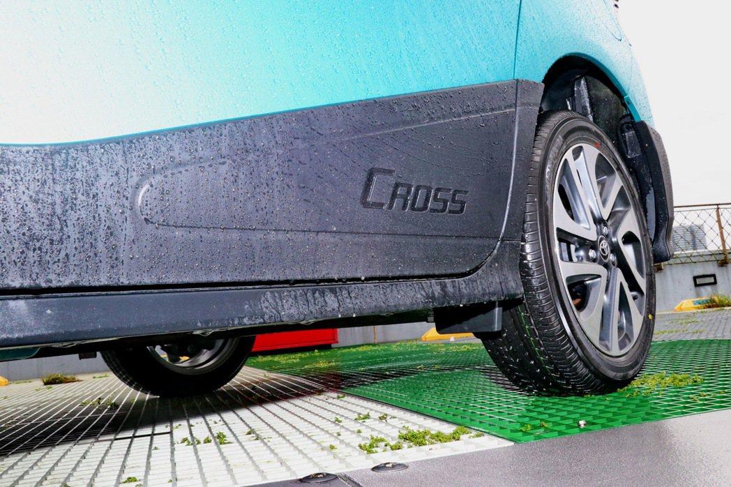 CROSS字樣的車側防刮飾板。 記者陳威任/攝影