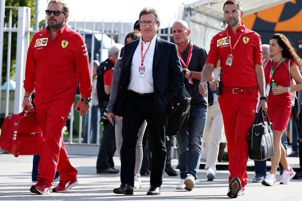 Ferrari執行長Louis Camilleri (中) 閃電辭職。 摘自Ne...