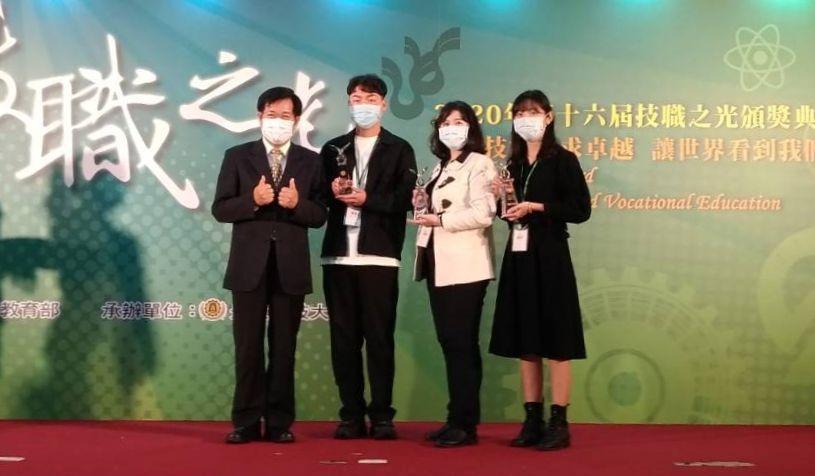 教育部長潘文忠(左),親頒獎座給得獎的樹德科大李昱志(左起)、丁嘉惠、蔡郁平校友...
