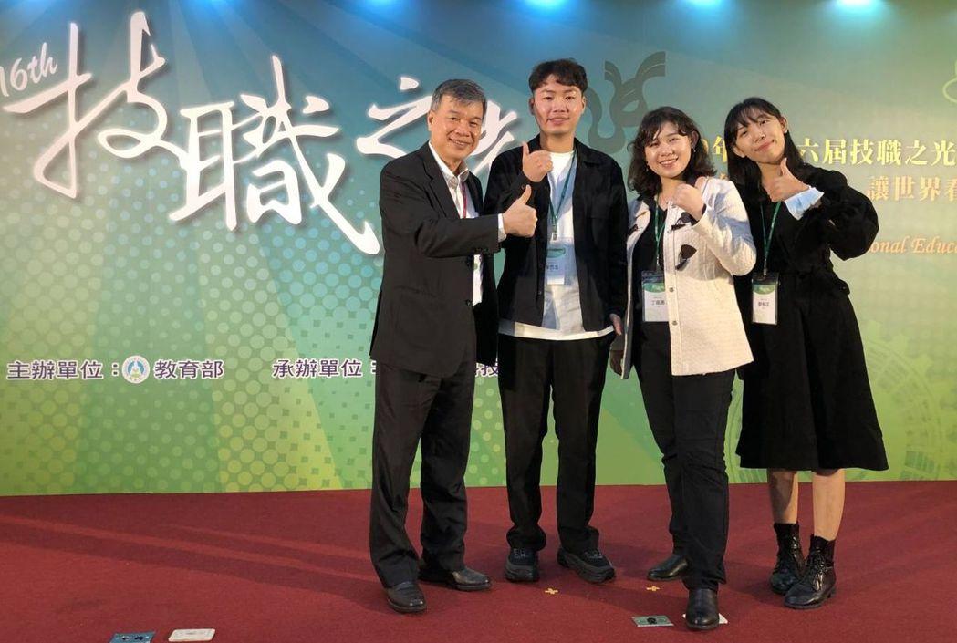 樹德科大校長陳清燿(左)親自出席頒獎典禮,並與得獎的三位出席代表合影。 樹德科大...