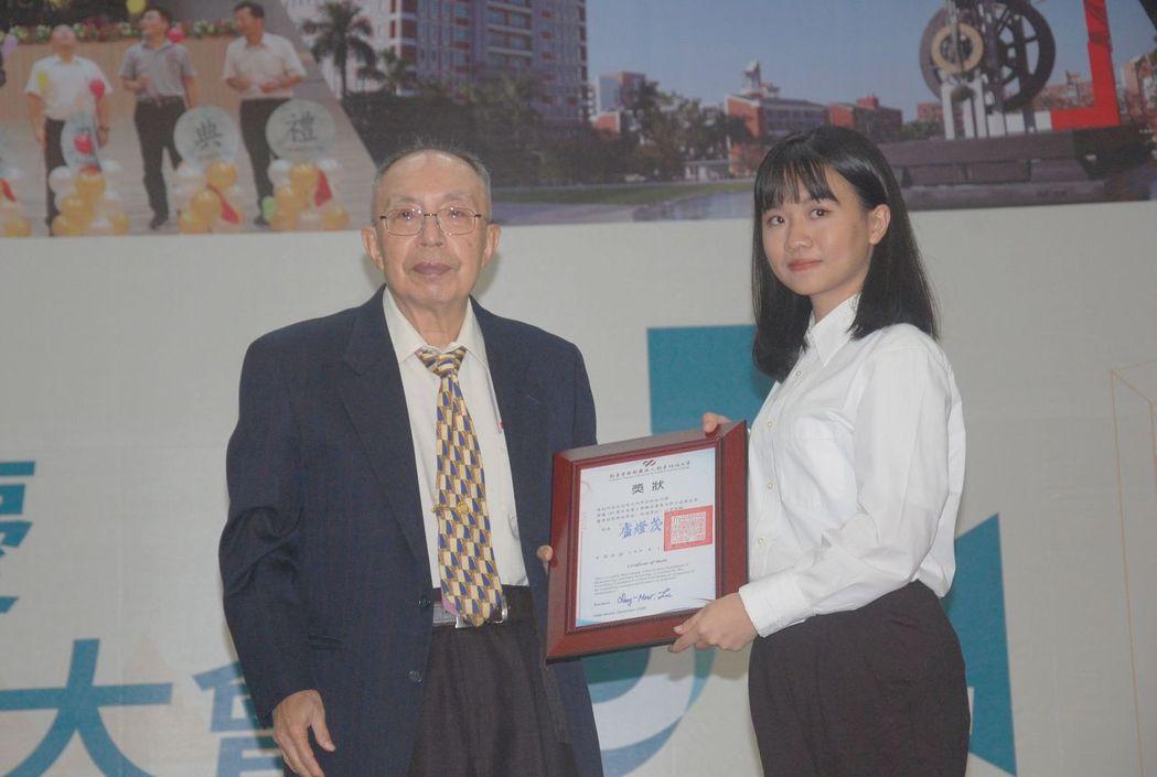 董事長張信雄(左)頒發優秀學生獎學金。 莊玉隆/攝影