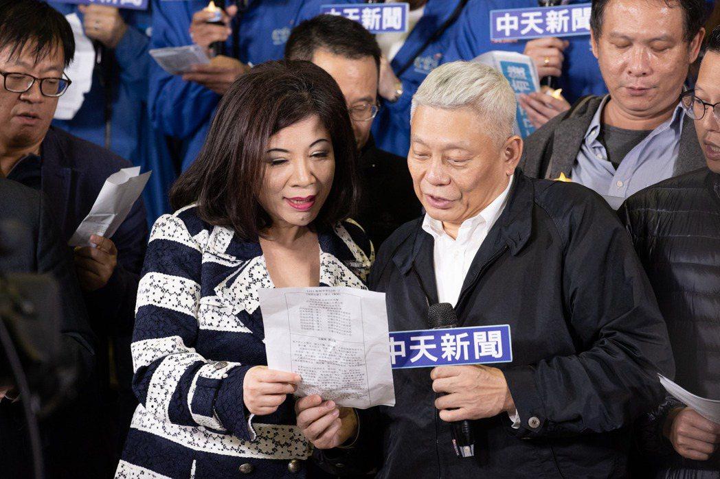 陳文茜與蔡衍明一起唱著社歌。記者季相儒/攝影