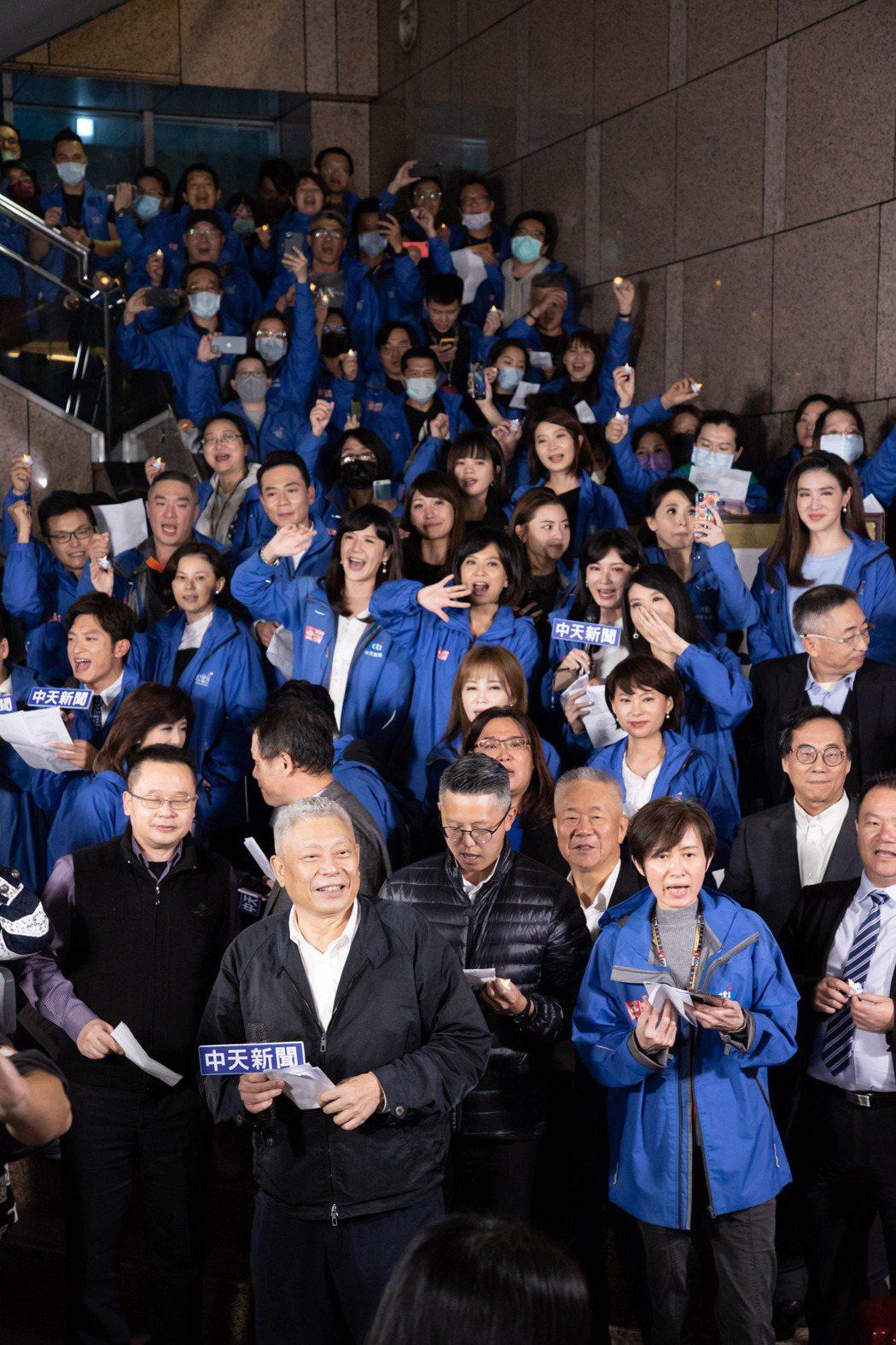 蔡衍明與所有員工一起高歌。記者季相儒/攝影