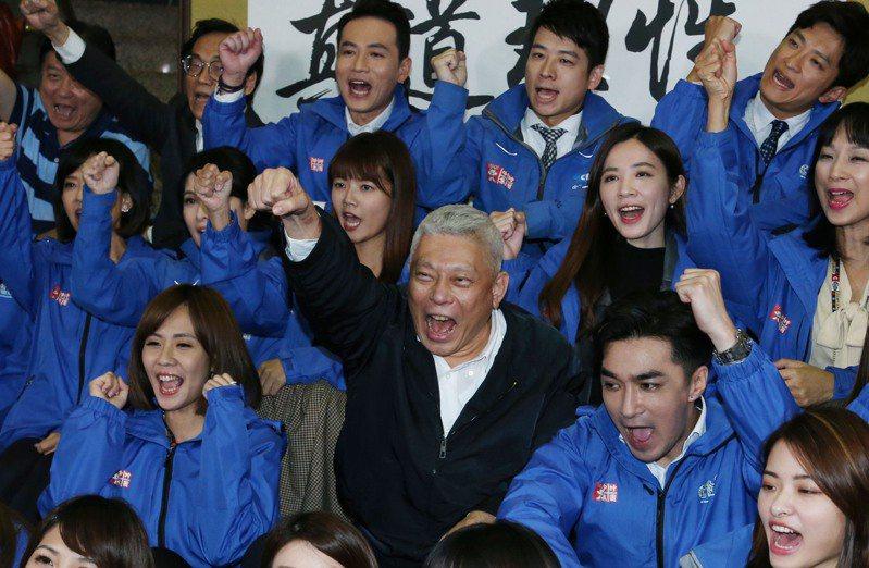 旺中董事長蔡衍明(中)和新聞部同仁坐在一起,回顧關台歷程,時而激動時而感傷。記者林俊良/攝影