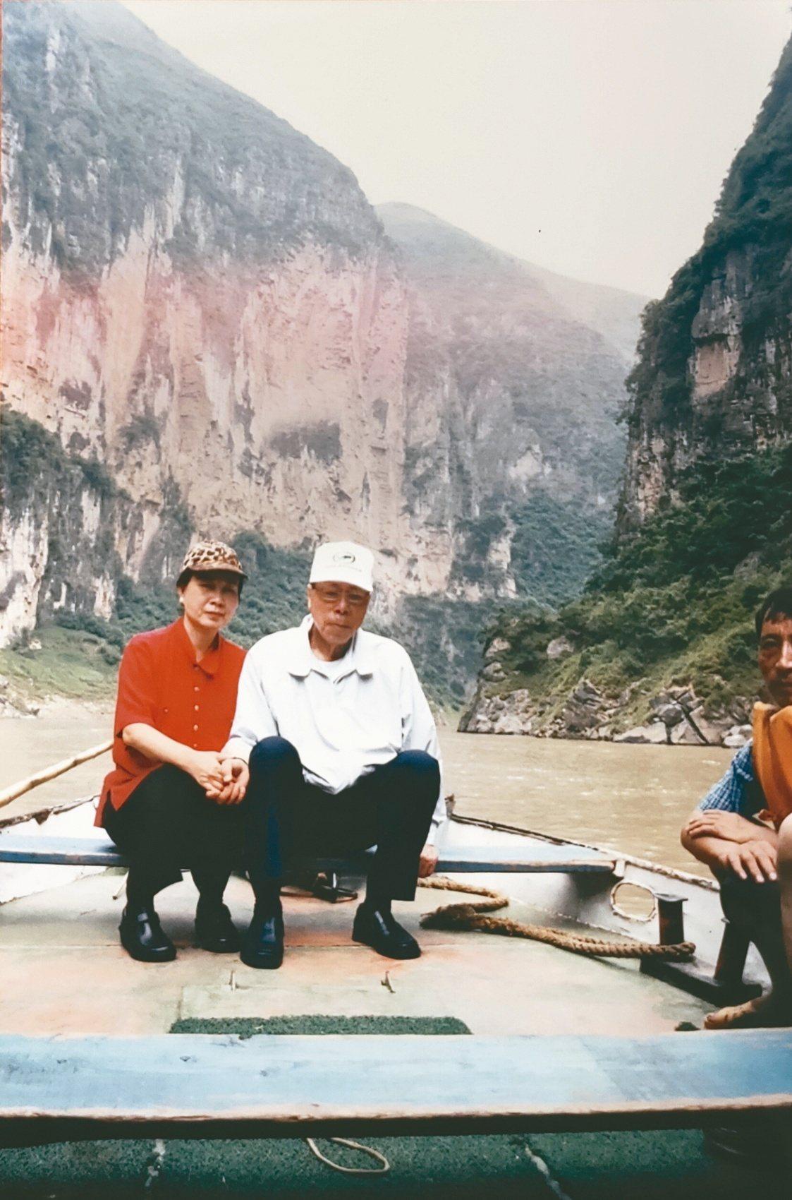 周由美(左)與台塑集團共同創辦人王永在鶼鰈情深合影。圖/住邦佳士得提供