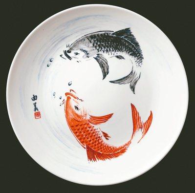 周由美畫作設計的盤子。圖/住邦佳士得提供
