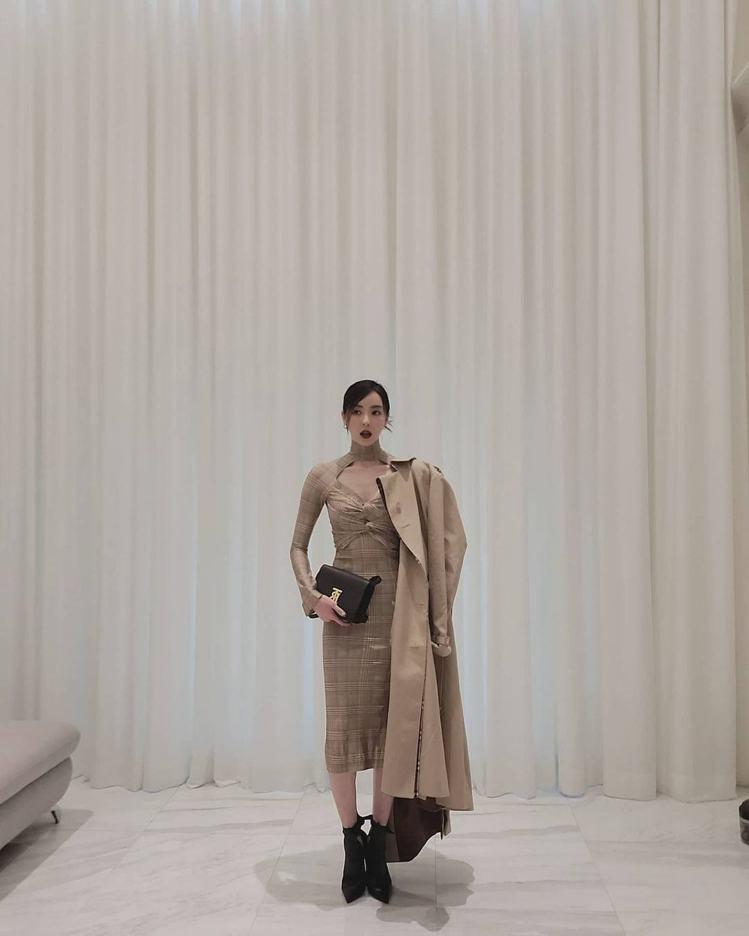 李多熙身穿BURBERRY風衣、結飾洋裝,同步展現帥氣與性感。圖/取自IG