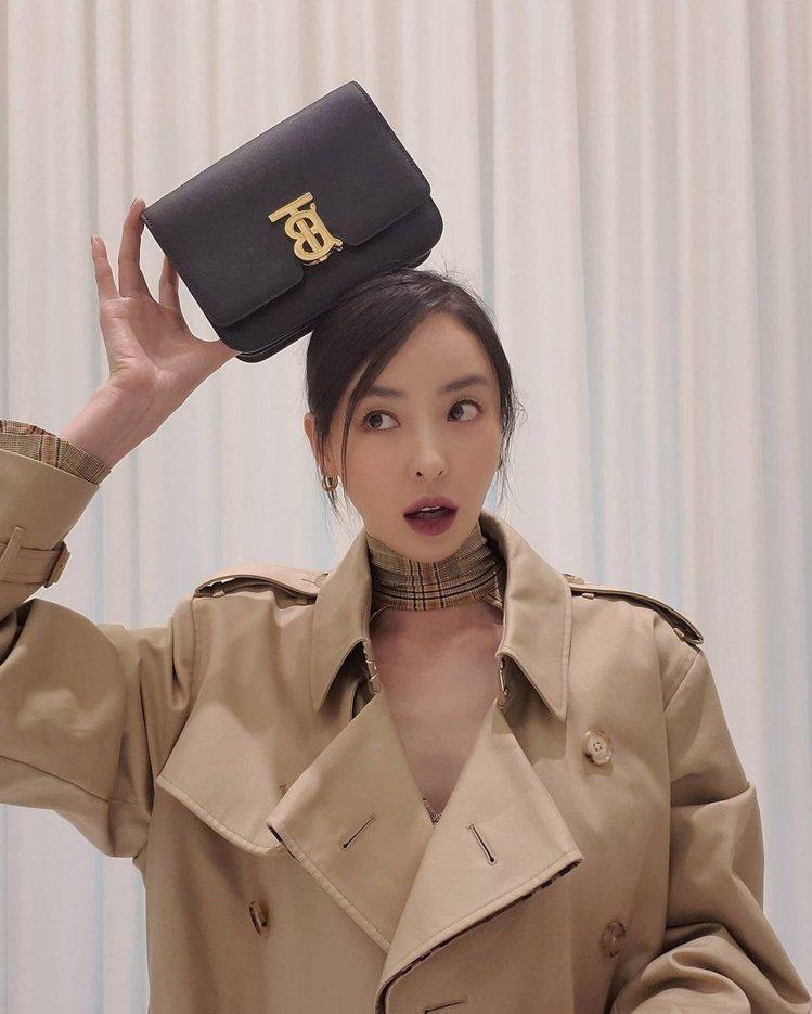 李多熙選搭小型粒面皮革TB包,79,000元。圖/取自IG
