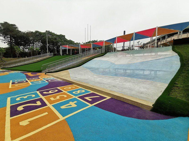 星光大滑梯高度超過4米、寬度超過12米,下方融入棒球九宮格概念。記者卜敏正/攝影