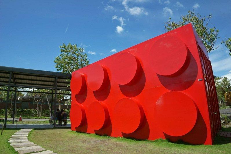 「積木博物館」門口的超大貨櫃大紅色積木是打卡必拍之一。圖/KLOOK提供