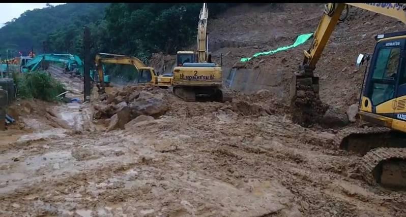 台鐵猴硐因連續豪雨走山,花東線中斷多日,自4日發生走山後每天日夜趕工,昨晚傳出2名工程維修車人員受傷送醫。圖/台鐵提供