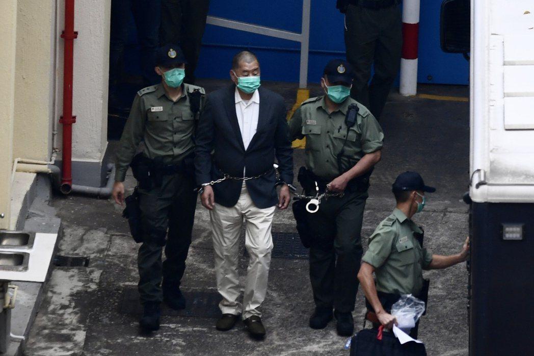 黎智英被加控危害國安罪名押往西九龍裁判法院審理。圖/中新社