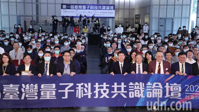 鴻海12日舉辦台灣量子科技論壇,鴻海董事長劉揚偉(中右)出席致詞,受訪時表示明年...
