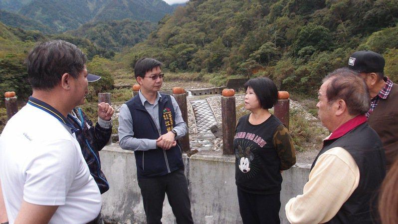 台中市客委會主委江俊龍(左二)昨在和平唐山寮客家聚落,和代表會人員,聽取在地民眾意見。圖/台中市客委會提供