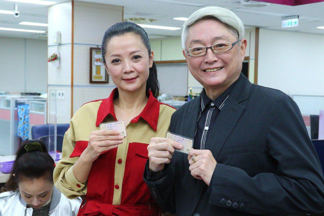 李國超、高欣欣開心秀身分證配偶欄,正式成為夫妻。記者陳慧貞/攝影