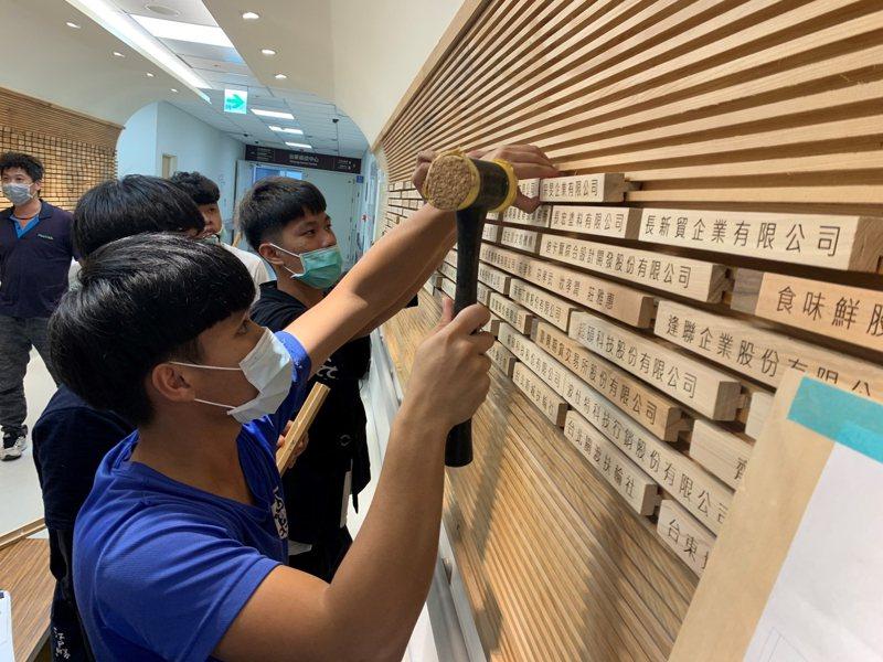高工木藝中心師生把1544捐贈團體、企業及個人鐫刻在漂流木上。圖/台東基督教醫院提供