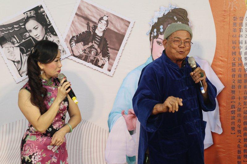 李靜芳歌仔戲團10周年專輯,團長李靜芳(左)和多名國寶藝師即興演出,讓人重溫廣播歌仔戲風采。圖/南投縣文化局提供