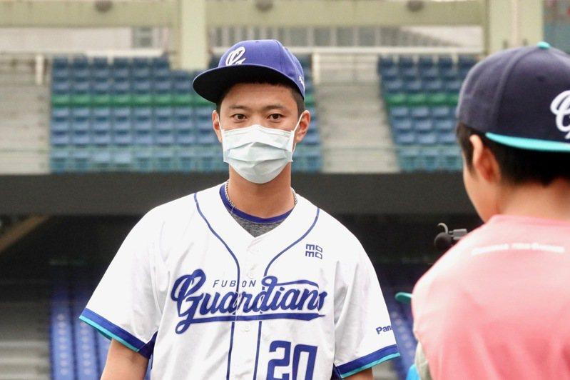 富邦悍將隊捕手林宥穎在「2020悍動希望公益棒球營」擔任教練。記者蘇志畬/攝影