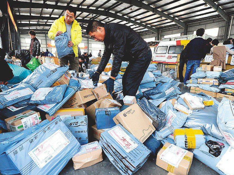 由大陸興起的「雙11」、「雙12」購物節發展迅速,也衍生大量包裝耗材不環保等問題。圖為2014年光棍節期間,江蘇太倉快遞業者正處理堆積如山的網購商品。新華社