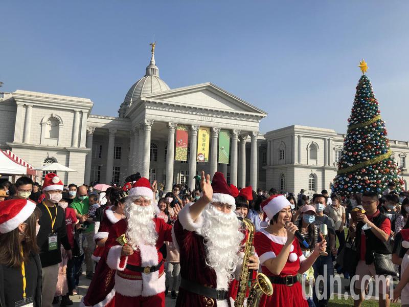 奇美博物館「聖誕週末」今天起連2周休登場,吸引爆滿人潮。記者周宗禎/攝影