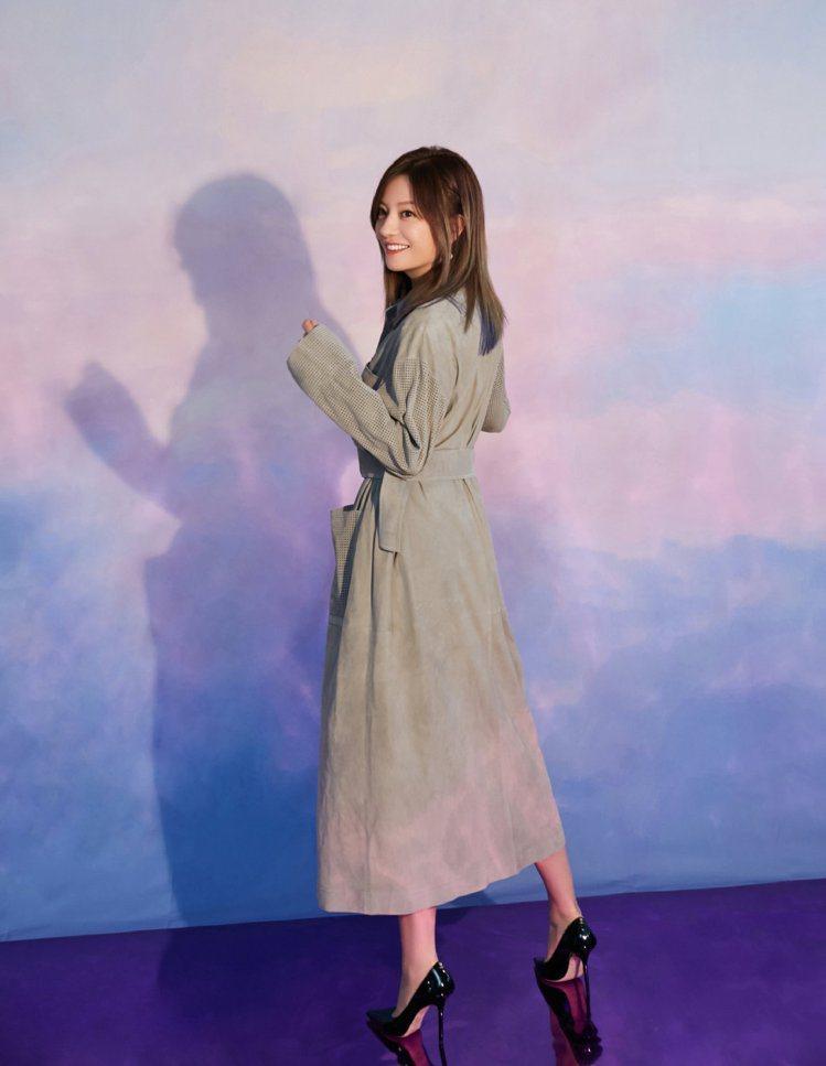 趙薇在北京電影學院活動上身穿FENDI極致灰色大衣。圖/取自微博