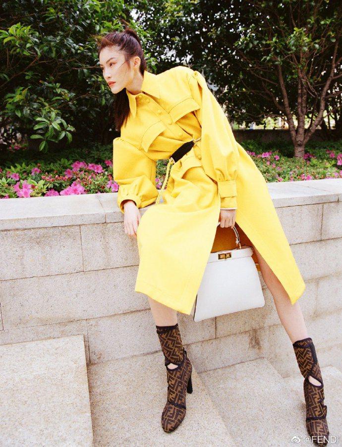「何仙姑」何穗身穿楊謹華同款FENDI亮麗黃大衣。圖/取自微博