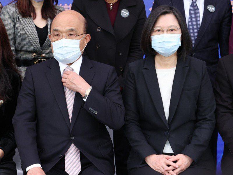 總統蔡英文(右)、行政院長蘇貞昌(左)出席台灣戰疫全紀錄首映會。記者葉信菉/攝影