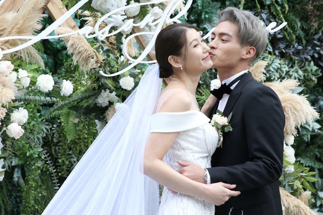 許孟哲開心親吻趙孟姿臉頰。記者林俊良/攝影