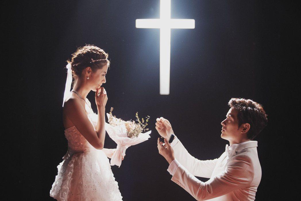 宥勝在「戒指流浪記」劇中向林予晞下跪遞上戒指。圖/HBO Asia提供