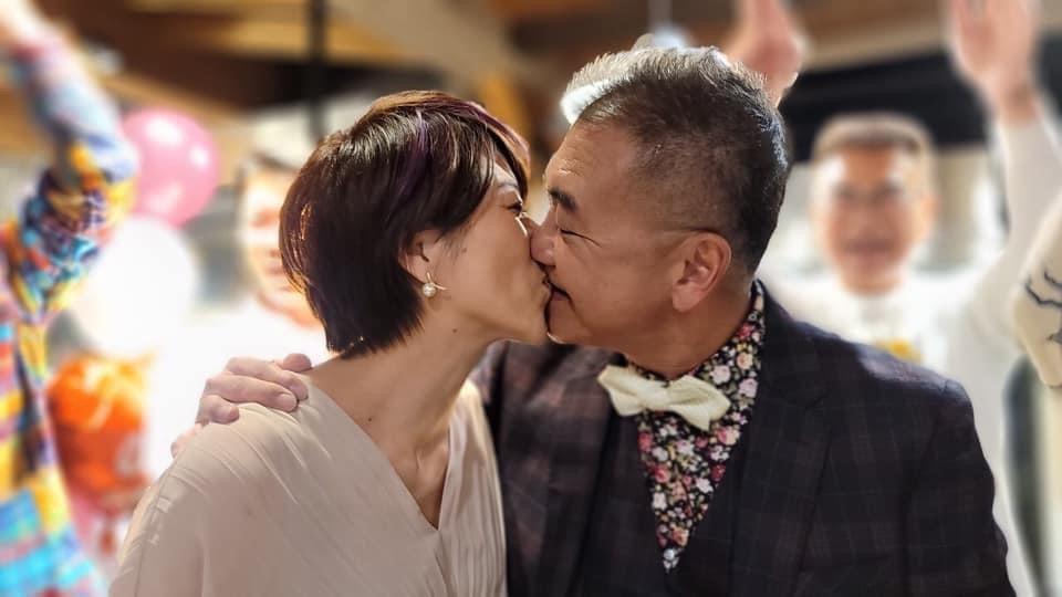 前T台主播何啟聖(右)在金門完成婚禮登記和舉行婚宴。圖/北投映像電影有限公司提供