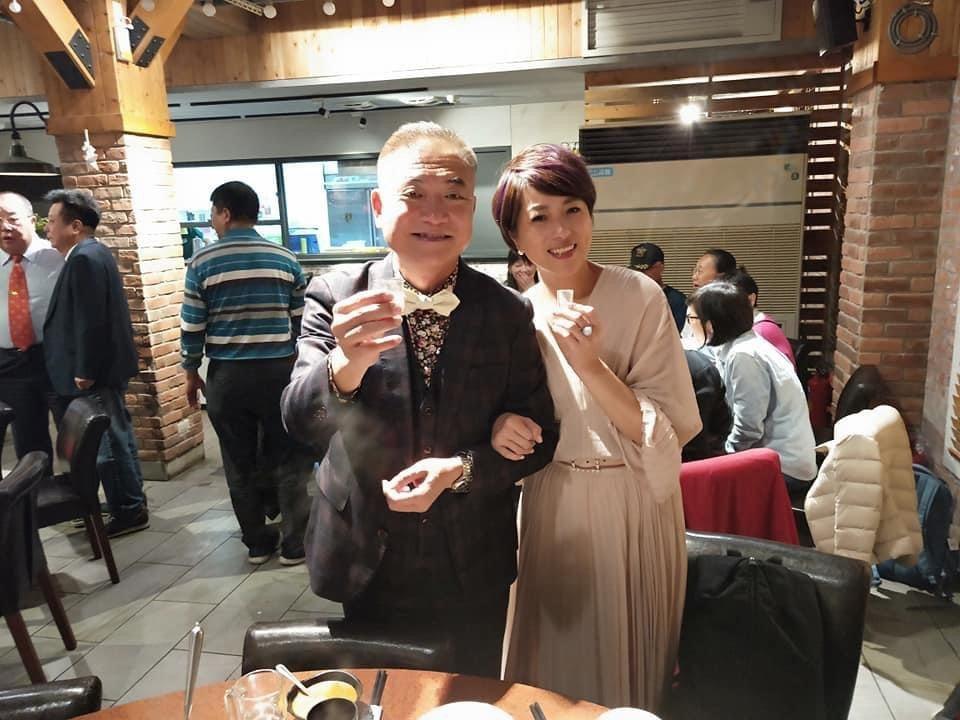 前T台主播何啟聖(左)在金門完成婚禮登記和舉行婚宴。圖/北投映像電影有限公司提供