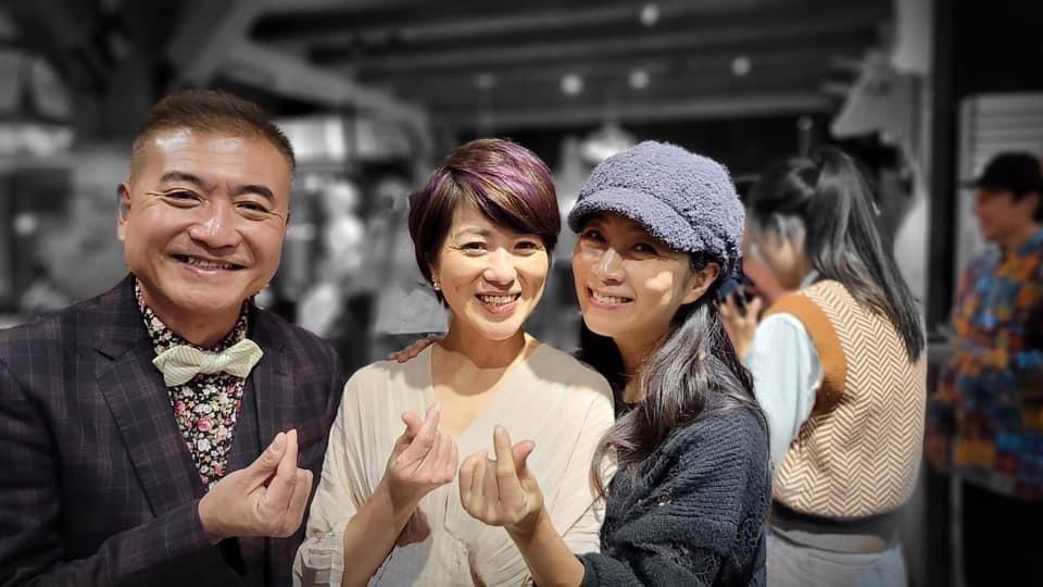 方文琳(右)出席何啟聖夫妻的婚宴。圖/北投映像電影有限公司提供