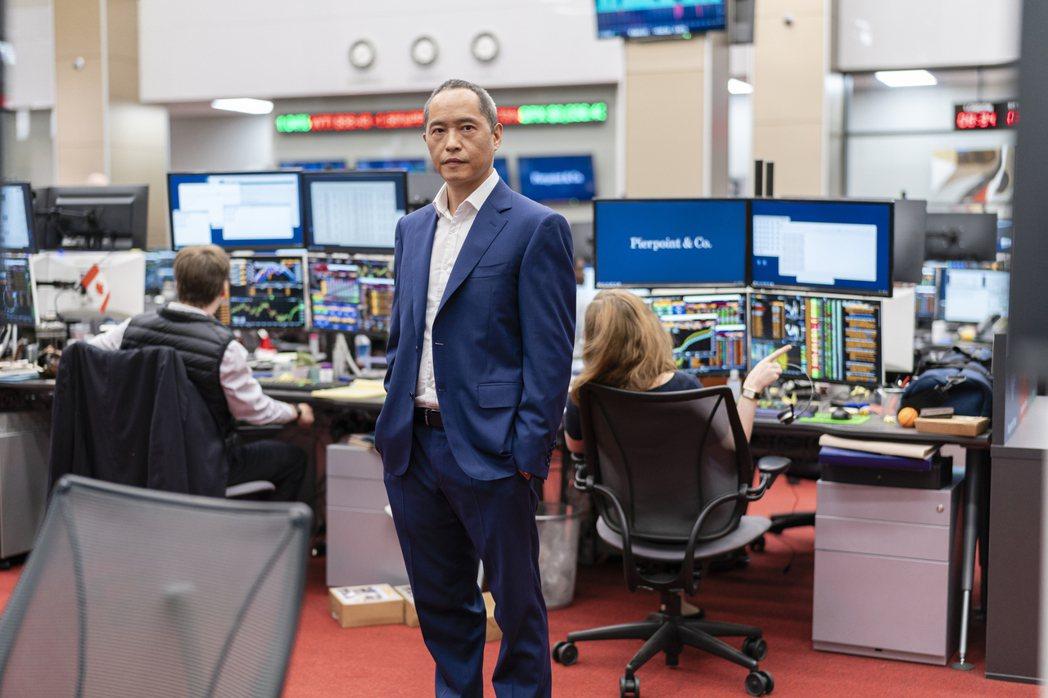 梁肯在「金融業實錄」扮演高級投資銀行的主管。圖/HBO提供