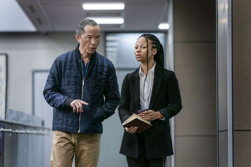 梁肯(左)在「金融業實錄」角色有如女主角的職場恩師。圖/摘自imdb