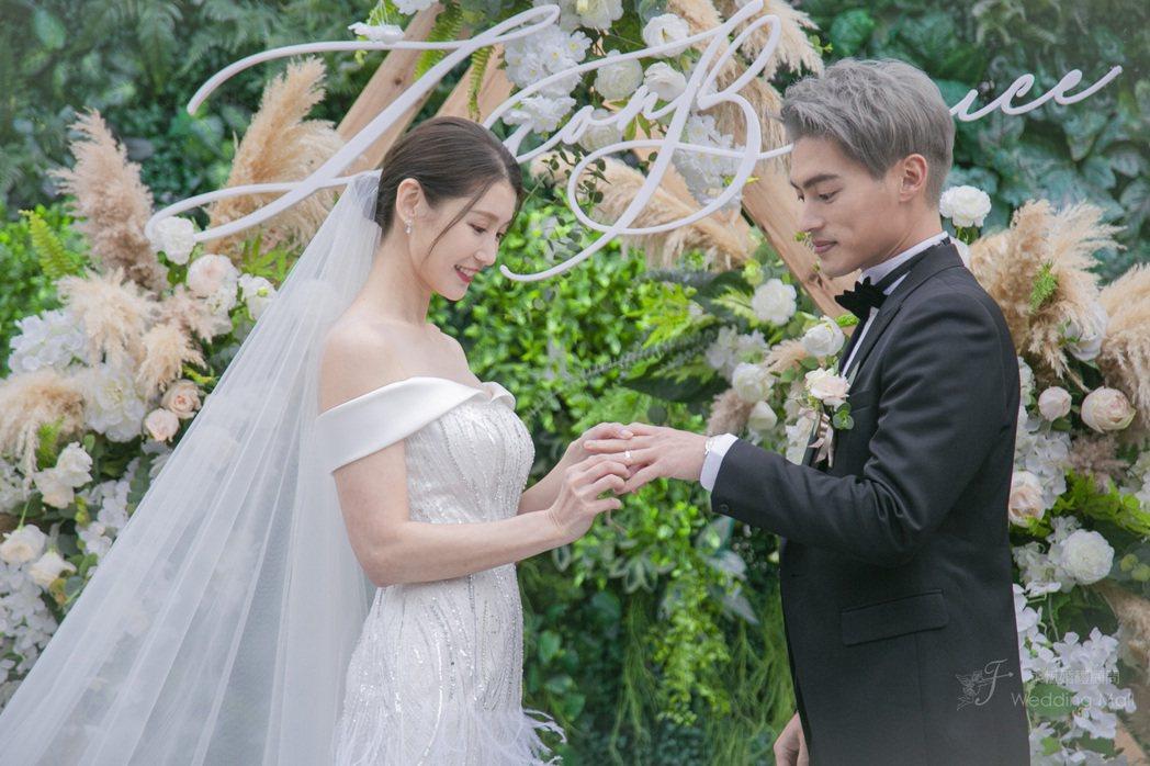 許孟哲和趙孟姿交換戒指。圖/永恆婚顧提供