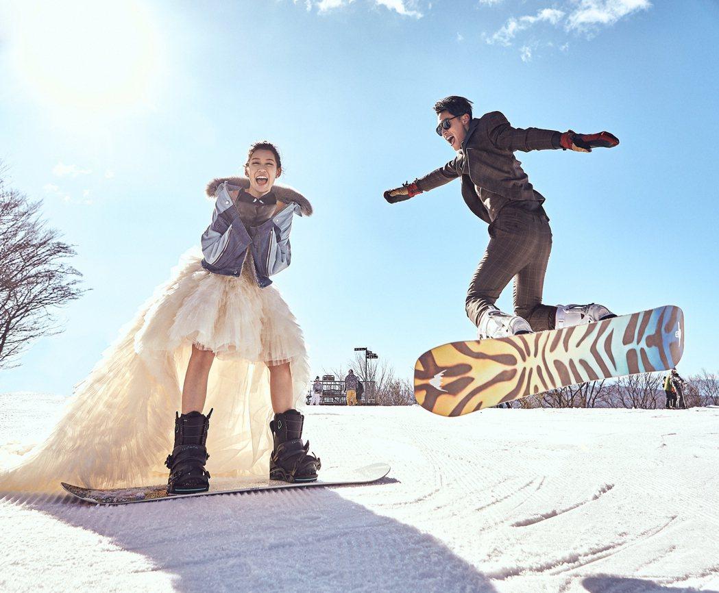 許孟哲和趙孟姿在雪地中拍攝動感滑雪照。圖/永恆婚顧提供