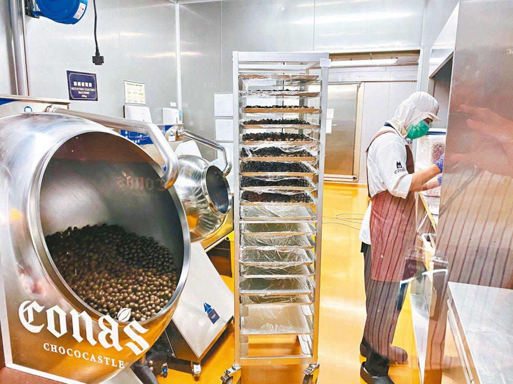 民眾在妮娜巧克力夢想城堡可以看到國內最薄僅0.35公分、卻含肉餡的薄片夾心巧克力...