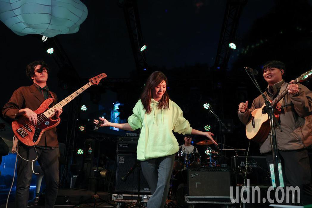 蘇慧倫(中)與老王樂團在簡單生活節同台演出。記者余承翰/攝影