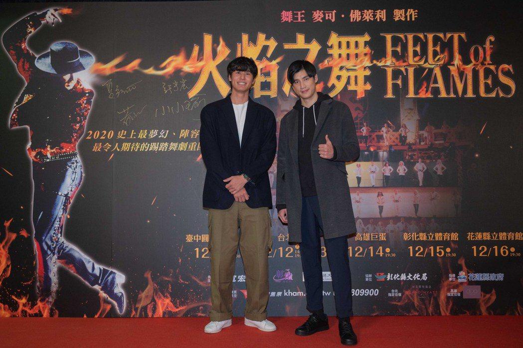 羅宏正(右)、風田(左)一同到場欣賞「火焰之舞」。圖/寬宏提供