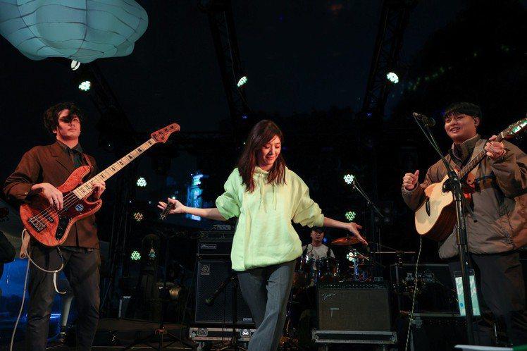 老王樂隊今天於簡單生活節的綠意舞台演出,以「我還年輕我還年輕」爆紅的他們,以「他們在鐵皮屋頂上奔跑」和「避風港」開場,而後主唱立長表示「下一首是耳熟能詳的歌」,隨後便唱起「鴨子」,原唱蘇慧倫也上台擔...