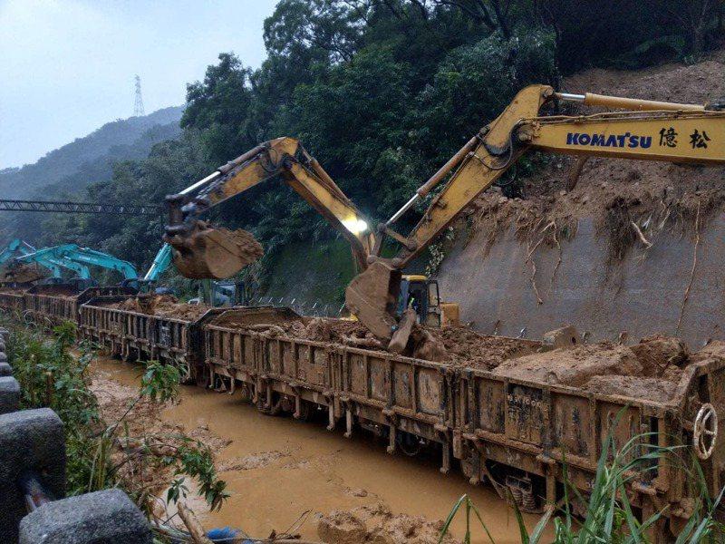 12日台鐵猴硐瑞芳段坍方現場。圖/取自林佳龍臉書