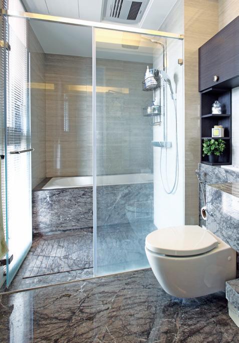 淋浴間玻璃的水漬與地板皂垢,是最需要清理的重點。 圖/摘自《日日小掃除,舒壓整理...