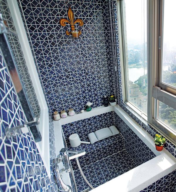 洗完澡後,在濕浴缸上用檸檬酸溶液將浴缸噴濕並陰乾,這樣就可以減少皂垢與水漬形成。...