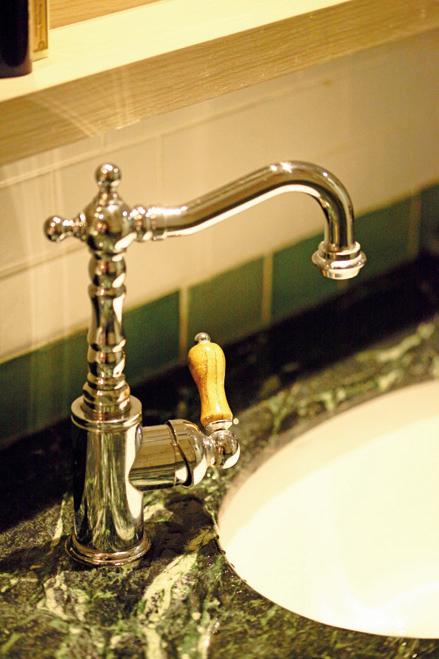 水龍頭與洗手台連接的隙縫處,以隙縫刷沾水垢清潔劑再刷洗。 圖/摘自《日日小掃除,...