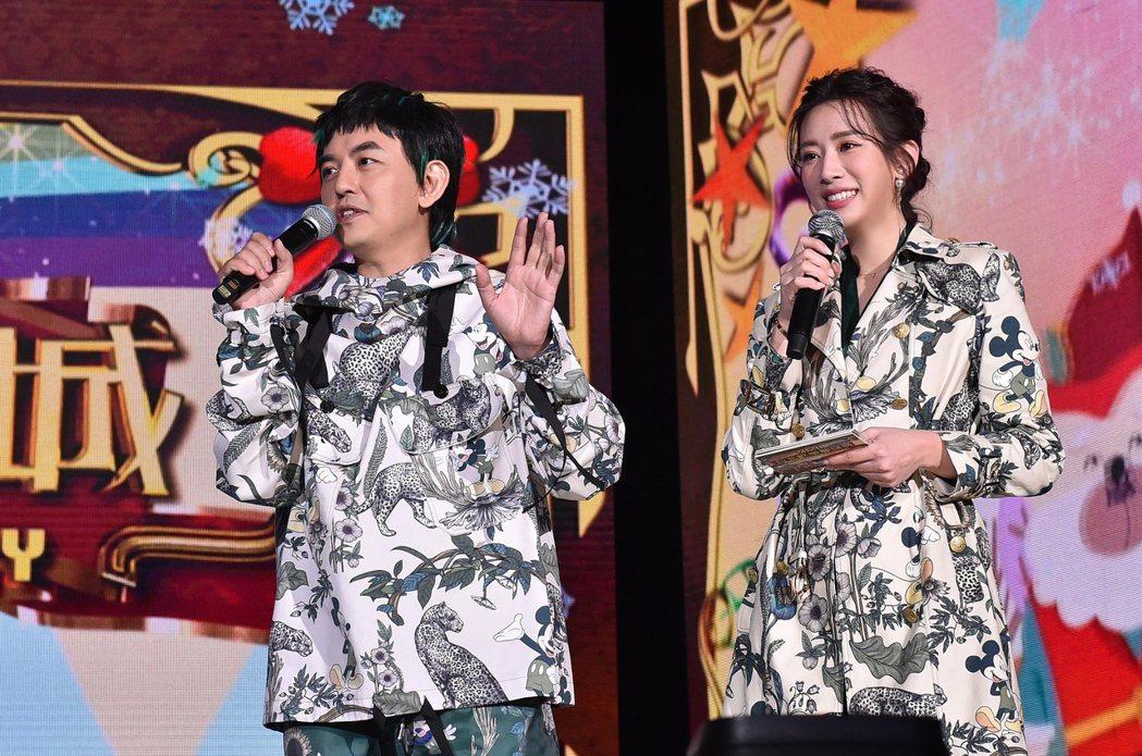 黃子佼(左)和趙岱新搭檔主持新北耶誕城晚會。圖/TVBS提供