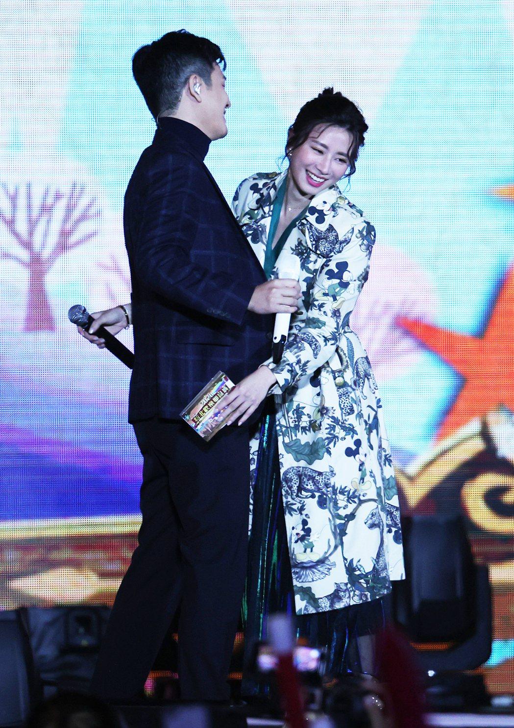 新北耶誕城演唱會,歌手周興哲(左)與舊愛主持人趙岱新(右)在舞台上相互擁抱致意。...