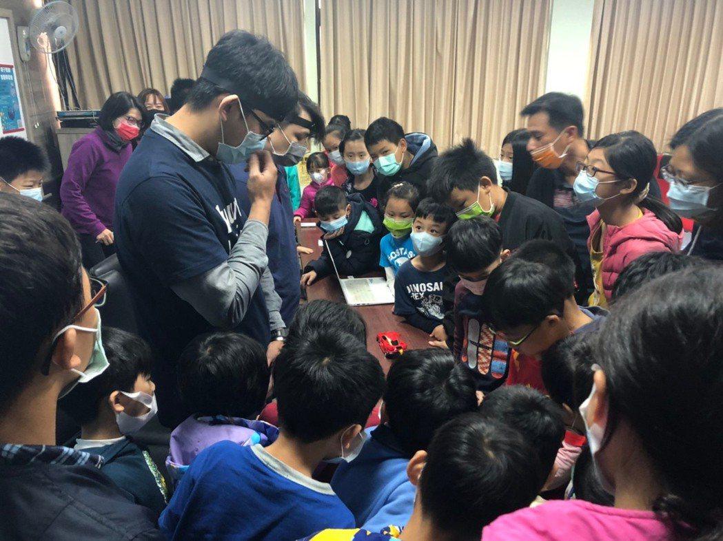新竹縣政府和依德科技合作,親子閱讀智慧學習營,頗受好評。